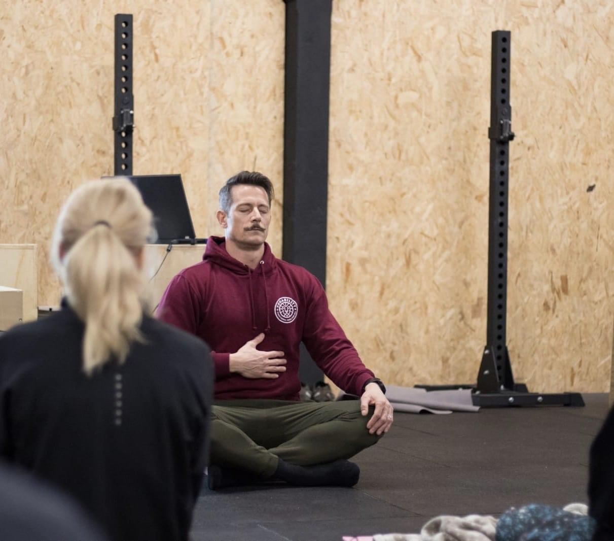 Yogability-instructeur demonstreertBreathwork