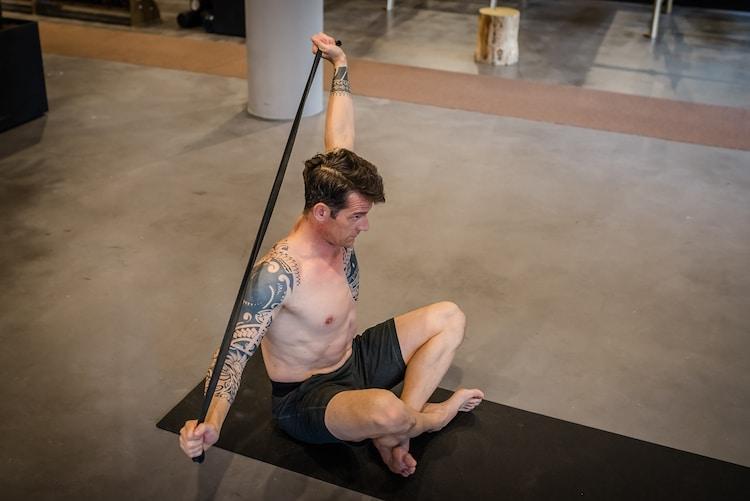 Oefening voor een stijve rug uit ons functionele yogaboek